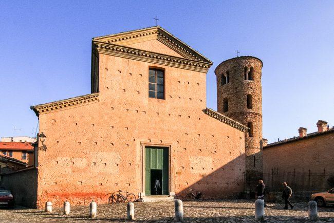 La facciata con il campanile