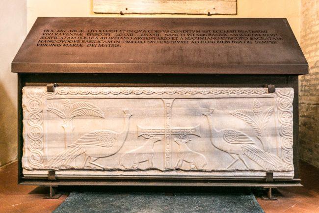 Il sarcofago del vescovo Ecclesio (VI sec.), all'inizio della navata destra