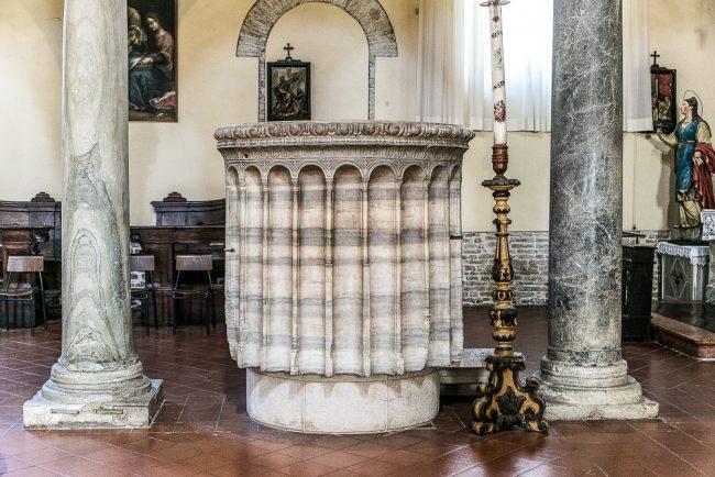 Interno della chiesa – particolare dell'ambone, nella navata sinistra
