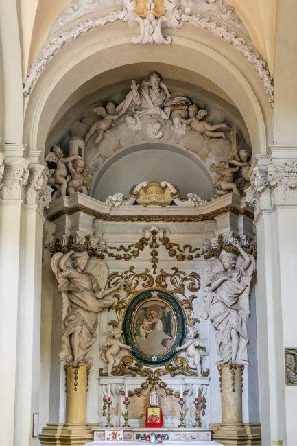 Cappella con stucchi del Marinetti e affresco con la Vergine con il Bambino risalente al XVI secolo – Foto Santelmo – Navata destra