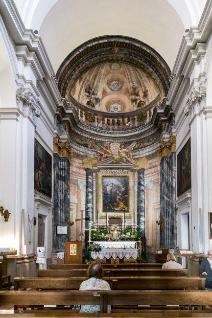 L' Interno con l'altare maggiore