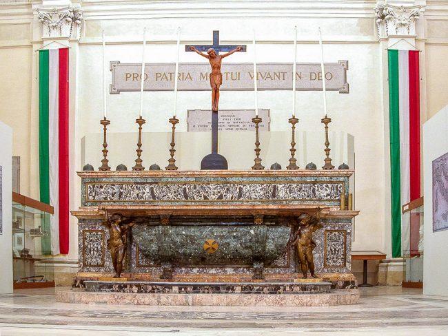 L' altare maggiore realizzato da Giuseppe Toschini (marmi) e da Giuseppe Baroni (statue) nel 1788 su progetto di Camillo Morigia (1743-95)