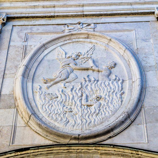 Facciata - Bassorilievo con la Liberazione delle anime dal Purgatorio, realizzato da Giovanni Toschini e bottega