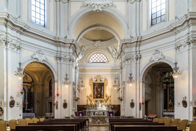 Interno - Veduta della parte centrale con l'altare maggiore