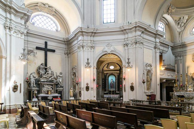 Interno – Veduta del lato sinistro - Altare con la Pietà tra i Santi Giovanni Evangelista e Maria Maddalena