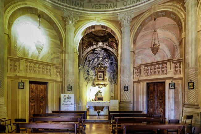 L'interno della chiesa con l'altare maggiore