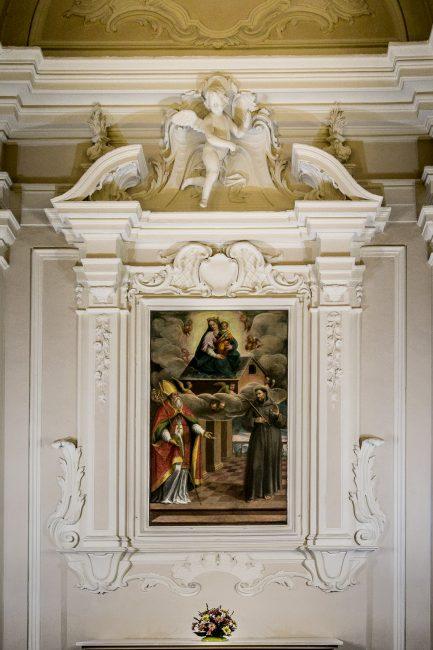L'altare con la pala di Giovanni Barbiani - La Madonna di Loreto e i Santi Apollinare e Francesco