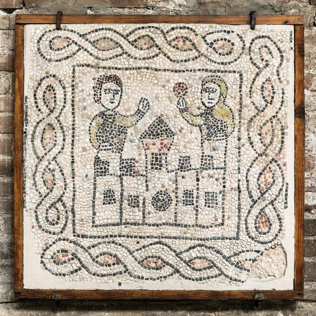 Lacerto musivo pavimentale medievale (XIII sec.): scena di addio del Cavaliere da sua moglie