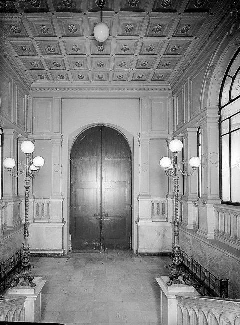 Lo scalone di accesso al primo piano – Archivi fotografici Istituzione Biblioteca Classense, Ravenna