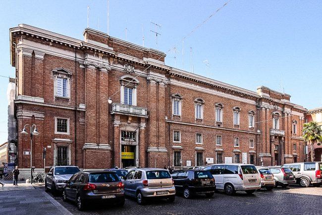 La facciata su Piazza Garibaldi