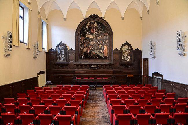 """Sala Muratori, antica sacrestia, decorata da Cesare Pronti (1626-1708); dipinto """"La resurrezione di Lazzaro"""", opera di Francesco Zaganelli (1465-1532) – Foto Biblioteca Classense"""