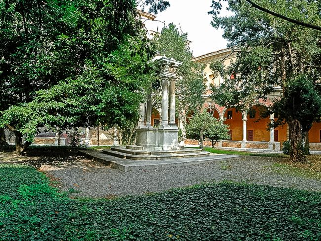 The great cloister built between 1611 and 1620 to a design by Giulio Morelli; elegant well designed in the early '700 by Domenico Barbiani (1714-1777) – Foto Biblioteca Classense