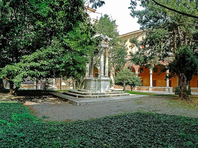 Chiostro grande edificato tra il 1611 e il 1620 su progetto di Giulio Morelli; elegante cisterna disegnata ai primi del '700 da Domenico Barbiani (1714-1777) – Foto Biblioteca Classense