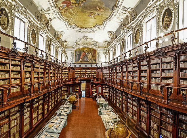 The Aula Magna, built between the seventeenth and eighteenth century by Abbot Pietro Canneti (1659-1730) designed by Giuseppe Antonio Soratini; frescoes and paintings by Francesco Mancini (1679-1758) – Foto Biblioteca Classense