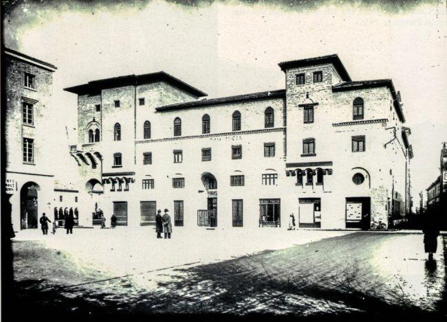 Veduta dell'edificio come si presentava nel 1936-1937 ca. dopo l'erezione del palazzo INA e la creazione di piazza del Littorio (ora piazza dei Caduti per la Libertà) – Per gentile concessione del Servizio Pubbliche relazioni della Provincia di Ravenna