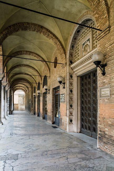 Il porticato su Piazza San Francesco; in primo piano l'ingresso all'atrio d'onore del palazzo - Per gentile concessione del Servizio Pubbliche relazioni della Provincia di Ravenna