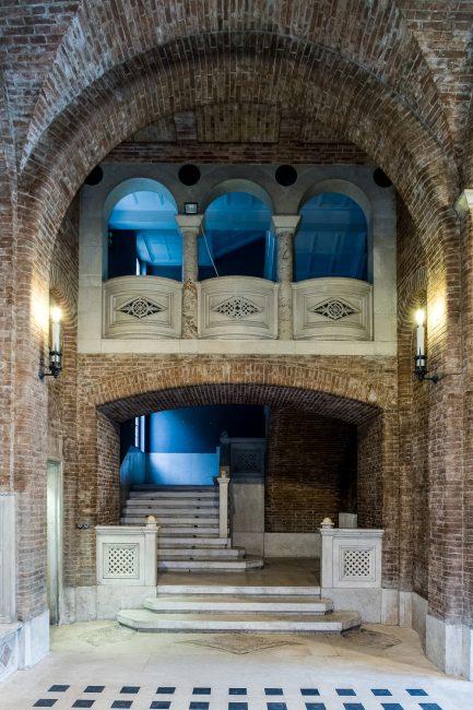 L'atrio d'onore, arcata orientale, con i gradini di invito allo scalone d'onore - Per gentile concessione del Servizio Pubbliche relazioni della Provincia di Ravenna