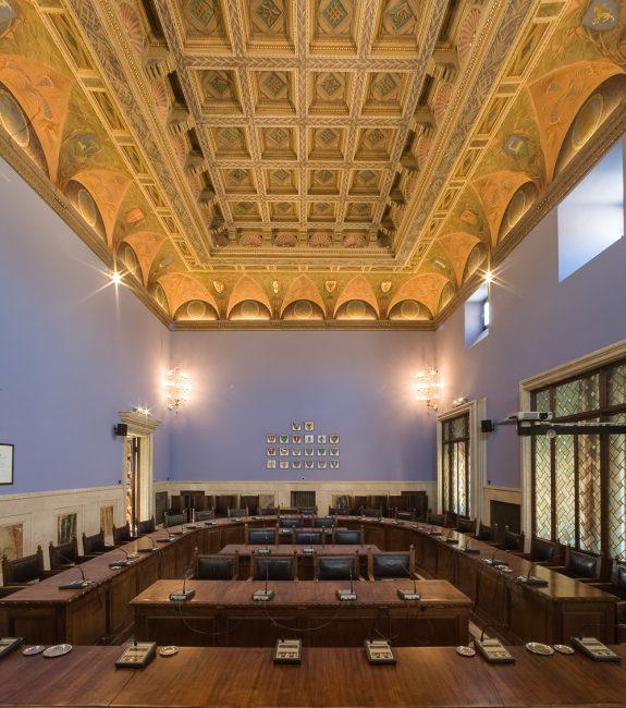 Sala del Consiglio; nella parete di fronte, gli stemmi dei Comuni della Provincia - Per gentile concessione del Servizio Pubbliche relazioni della Provincia di Ravenna