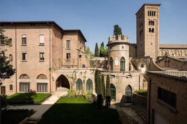 Corte interna: corpo settentrionale del Palazzo di Arata, torretta neogotica dei Rasponi e campanile di San Francesco - Per gentile concessione del Servizio Pubbliche relazioni della Provincia di Ravenna