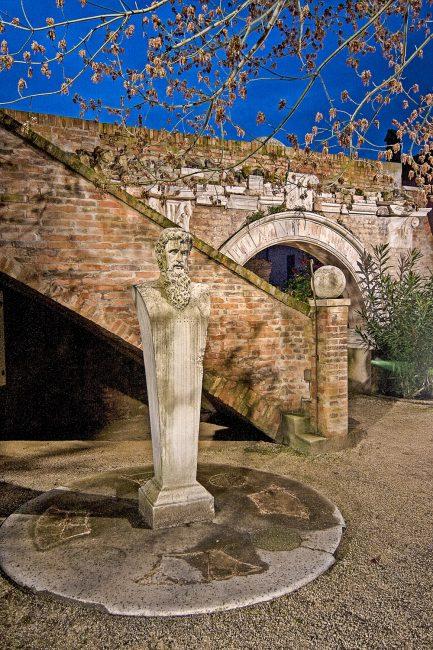 L'erma marmorea nel giardino interno