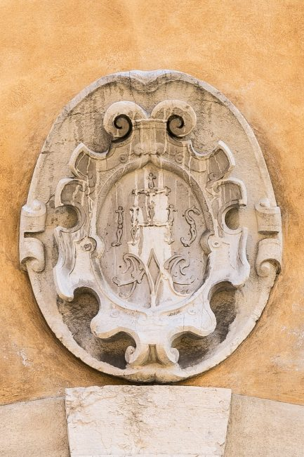 Lo scudo che doveva portare lo stemma di famiglia sopra l'arco del portale