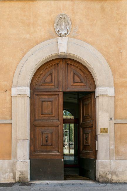 Il portale con lo scudo che doveva portare lo stemma di famiglia